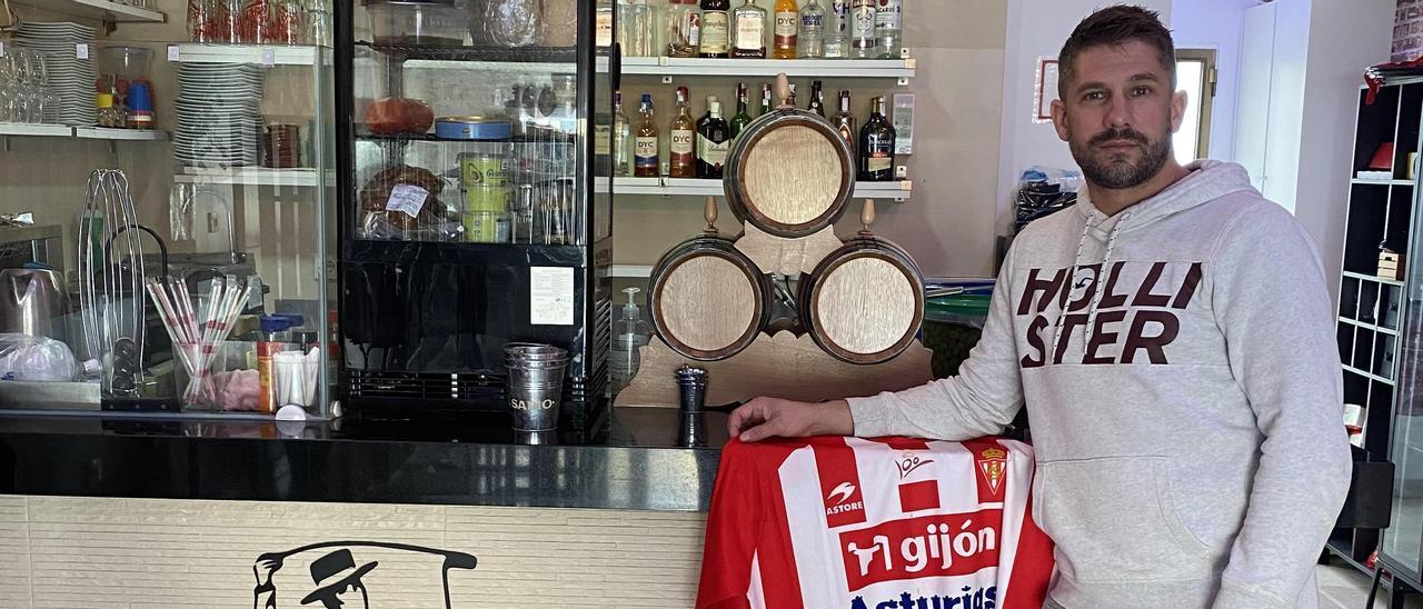 Vázquez, exjugador del Sporting, en el Tabanco El Sabio, local hostelero gaditano en el que trabaja.