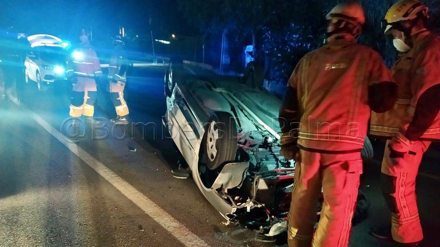 Dos heridos al volcar un coche de madrugada en el Camí dels Reis