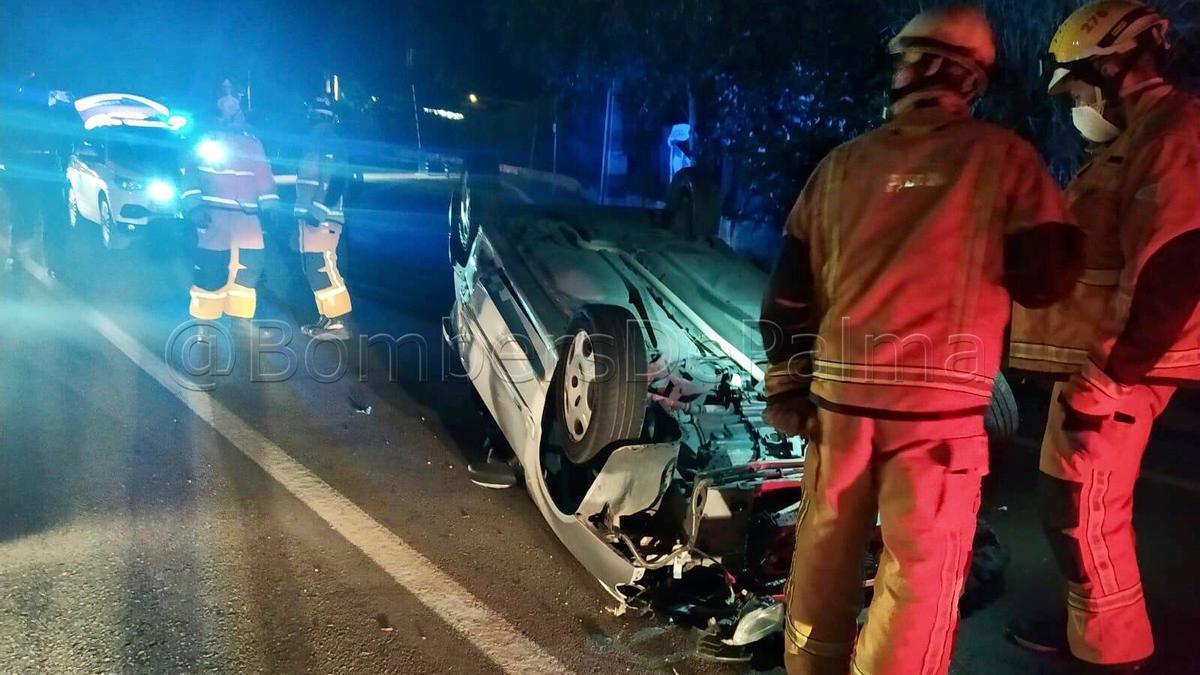 El coche quedó volcado en medio de la calzada.