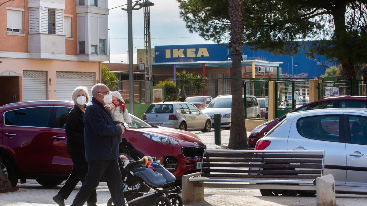 Una familia pasea por las inmediaciones de Ikea.