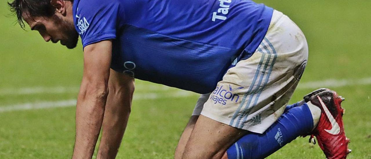 Arribas, de rodillas en el Tartiere durante un partido con el Oviedo. | |  MIKI LÓPEZ