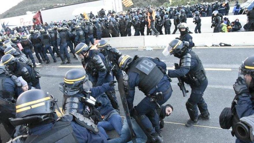 La policía francesa desaloja a los manifestantes de La Jonquera