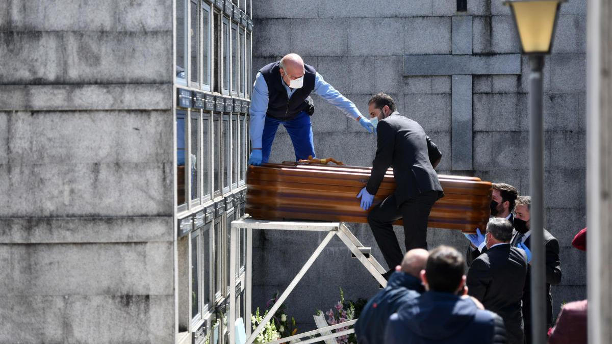 Un entierro en el cementerio de Poio // Gustavo Santos