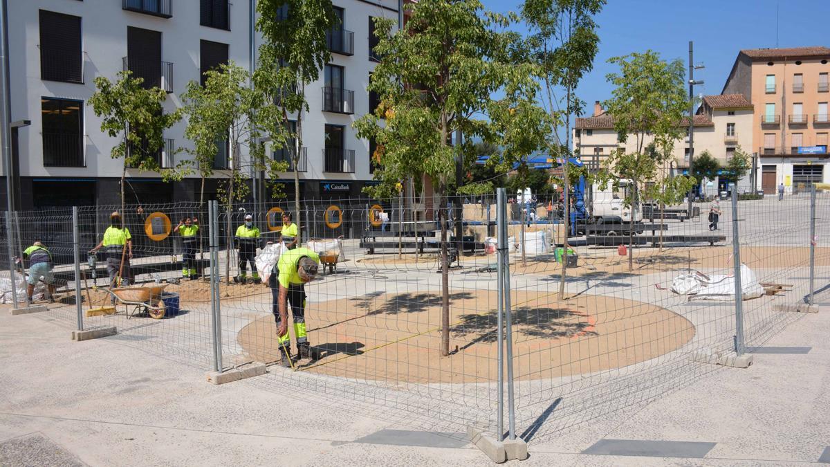 Treballs d'instal·lació de la nova àrea de jocs infantils al Firal Petit d'Olot