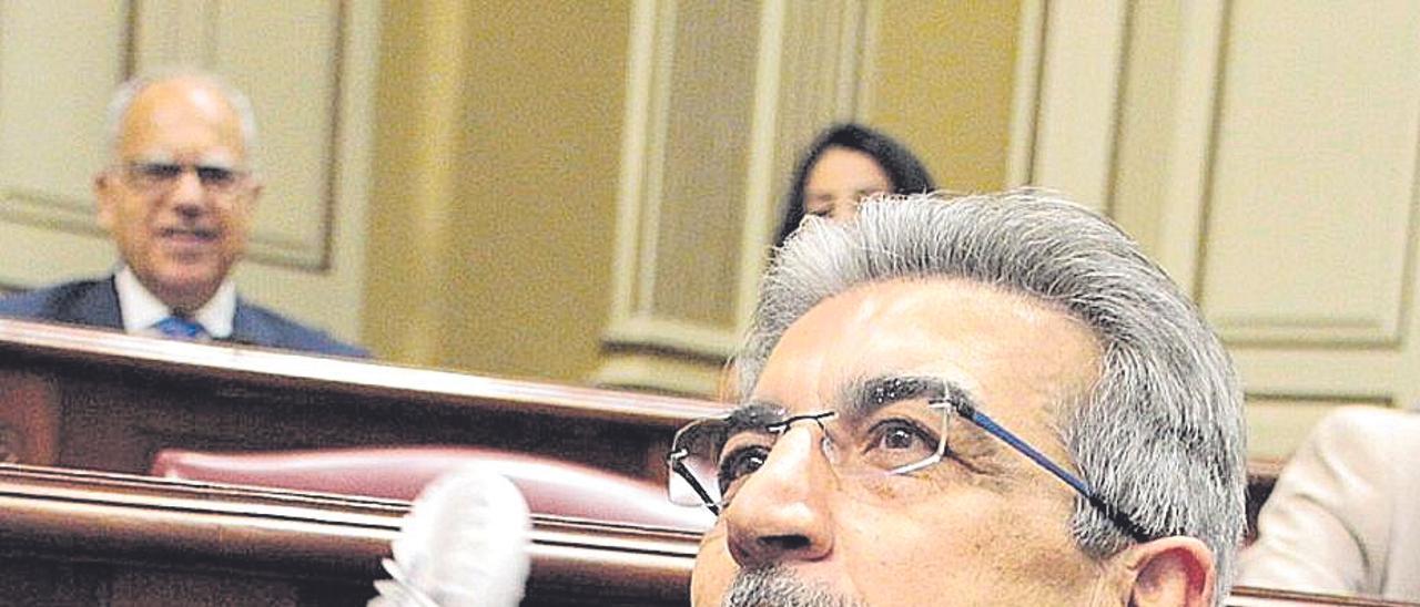 Román Rodríguez, consejero de Hacienda, con un miniventilador en su escaño