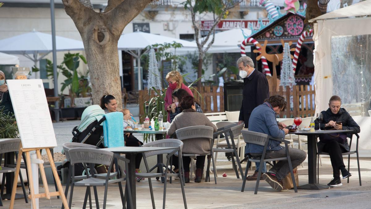 Gente e una terraza de un bar en Ibiza. Vicent Mari