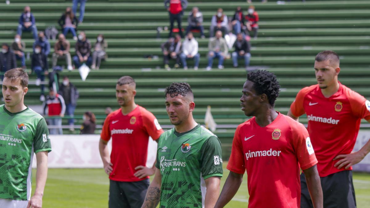 Jugadores del Cacereño y el Montijo, tras el partido del Príncipe Felipe.