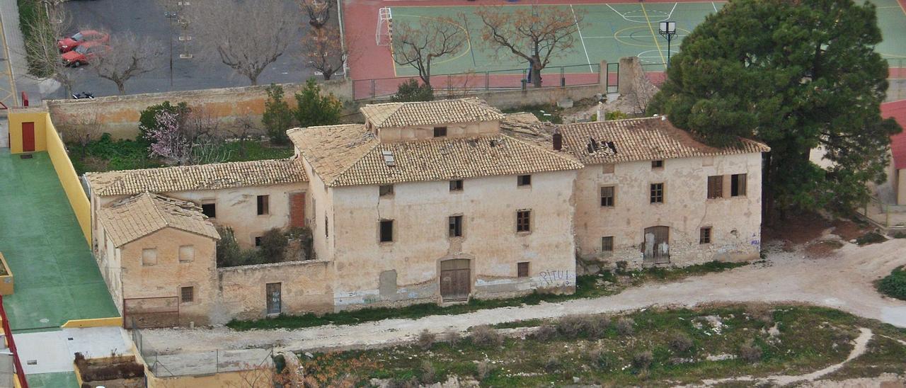 La Casa Geralda está ubicada en el acceso sur al casco urbano, entre el Polideportivo, el colegio Sagrada Familia y el campo de fútbol.   J.A.RICO