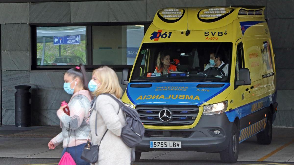 Una ambulancia espera en las Urgencias del hospital Álvaro Cunqueiro de Vigo. // Marta G. Brea