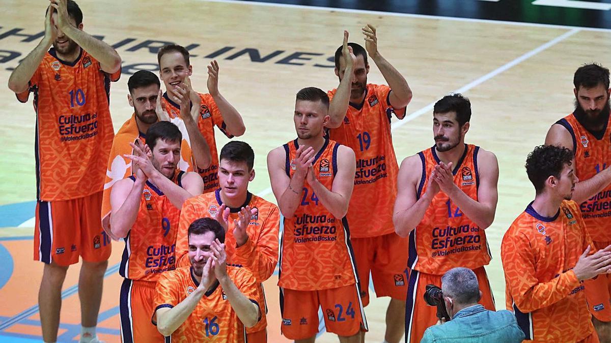 Los jugadores del Valencia Basket celebran su última victoria de la Euroliga.  | LEVANTE-EMV