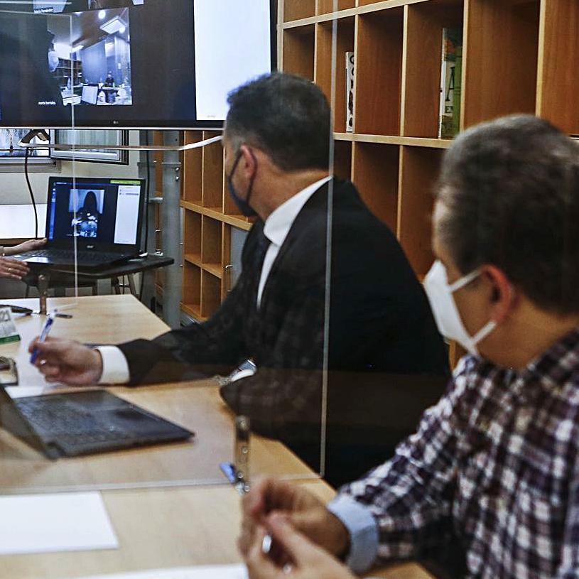 Dos mediadores, durante un encuentro semivirtual. | Julián Rus