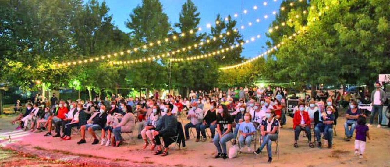 Un espectáculo musical nocturno con  el público sentado el pasado verano en Nigrán.