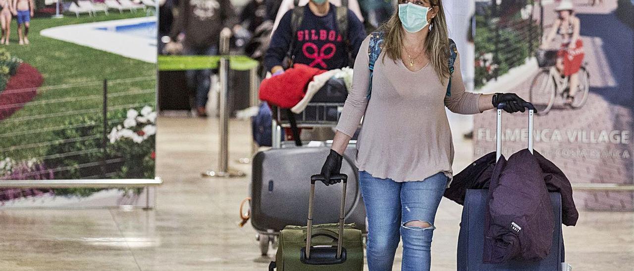 Universitarios alicantinos en el extranjero regresando tras la alerta por el covid. | ALEX DOMÍNGUEZ