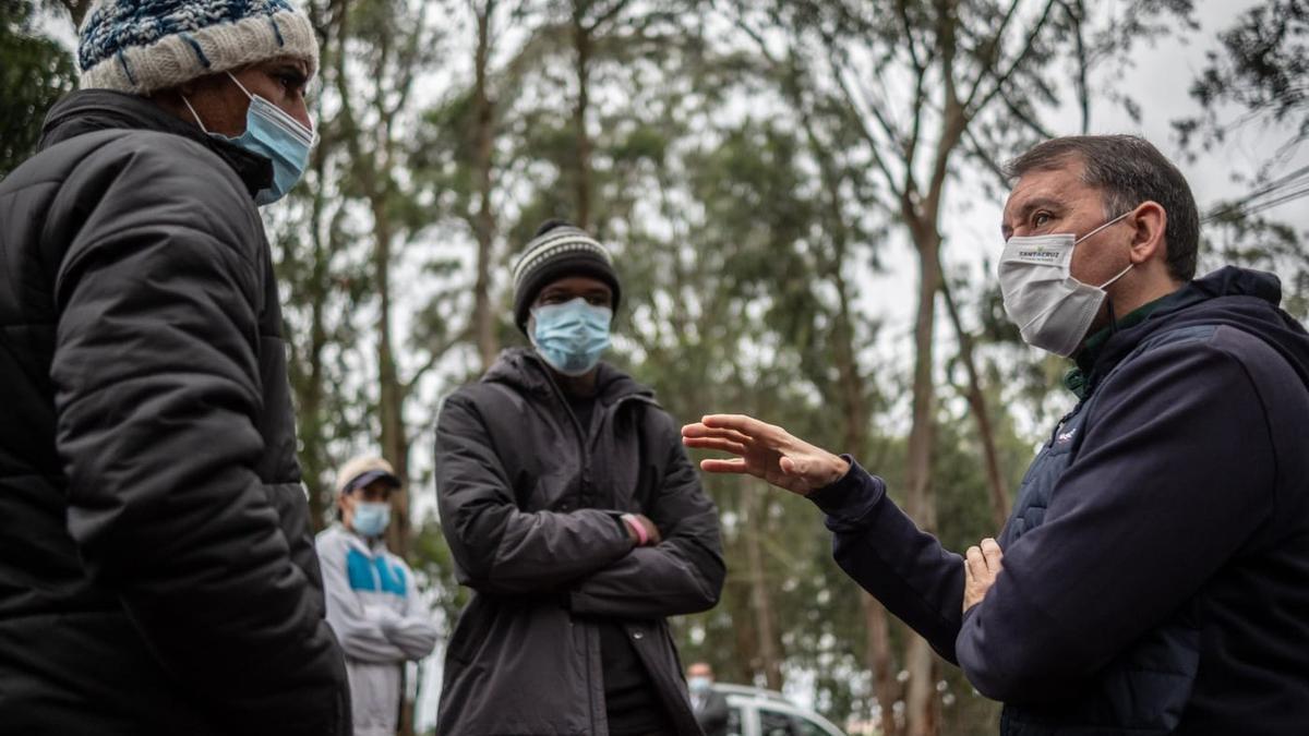 Visita de José Manuel Bermúdez al campamento de Las Raíces
