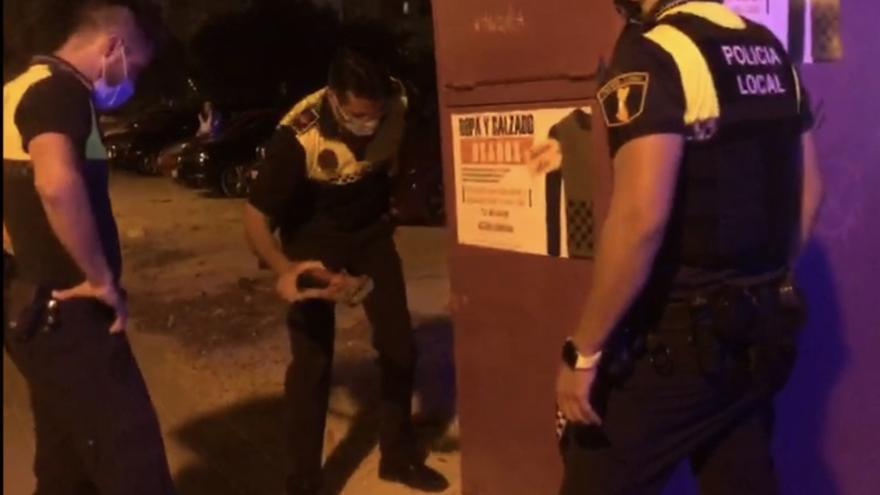 La Policía Local rescata a un gato que llevaba tres días atrapado en un contenedor de ropa en Alicante