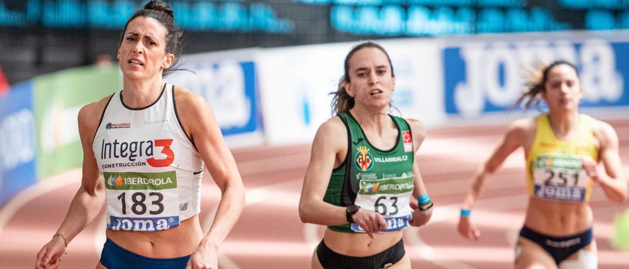 Estela García, a la izquierda, durante la final de 200 metros del Campeonato de España.