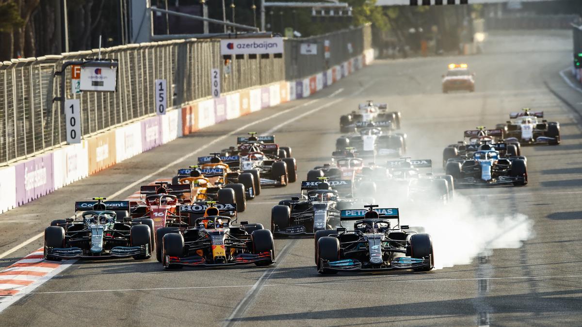 Hamilton se pasa de frenada en la reanudación de la carrera en Bakú