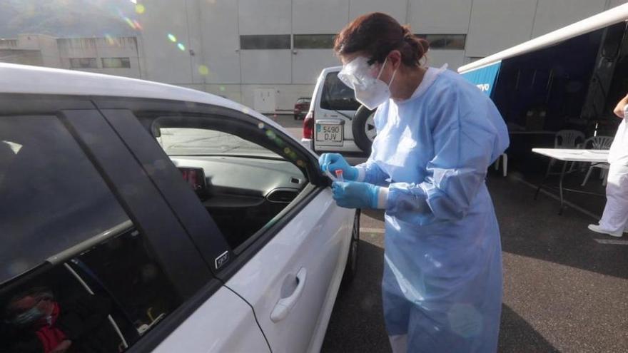 Más de 400 jóvenes de Laviana solicitan una prueba PCR tras el llamamiento de Sanidad
