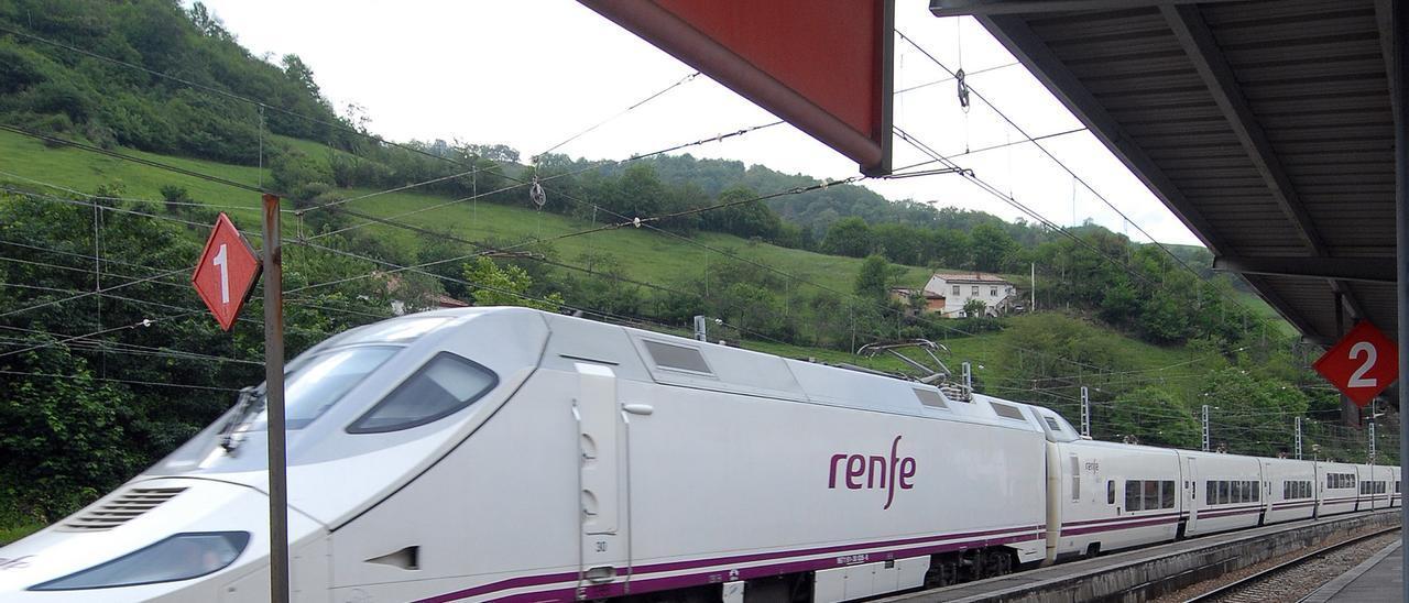 Un tren Alvia en la estación de tren de Pola de Lena.