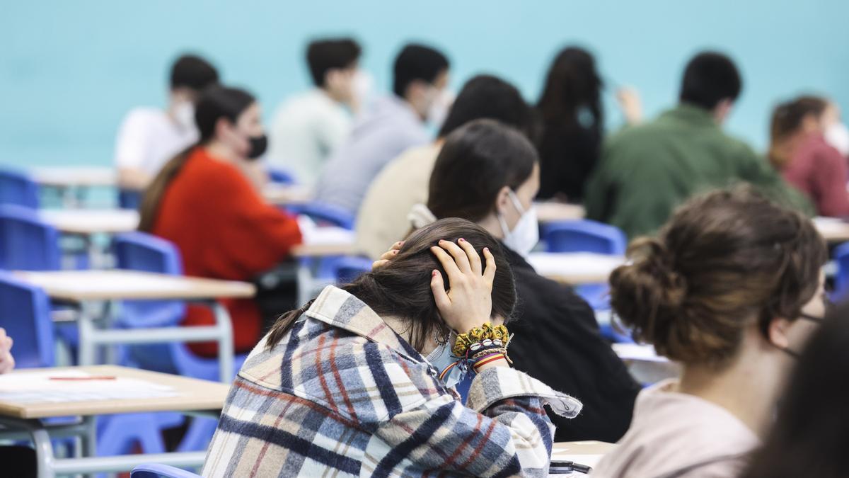 Alumnos en el examen de la EBAU en Oviedo.