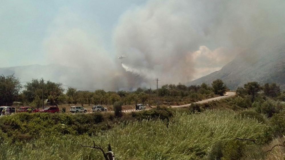 Un incendio forestal en Parcent obliga a desalojar una decena de viviendas