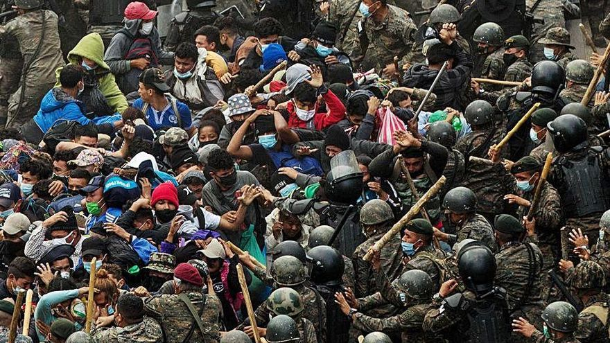 Guatemala bloqueja la caravana  de migrants amb destí als EUA
