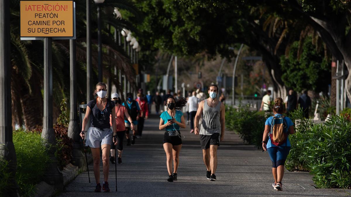 Varias personas pasean este fin de semana por las calles de Santa Cruz de Tenerife