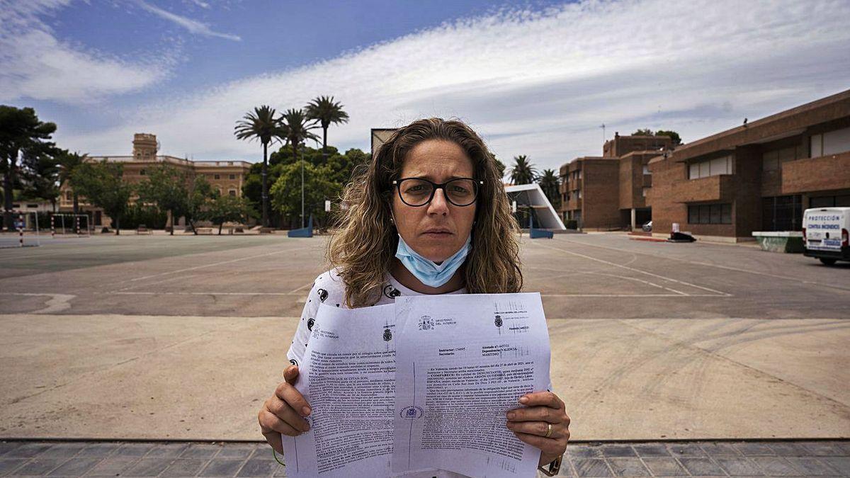 Laura Gutiérrez en las instalaciones del colegio concertado donde su hija denunció acoso.