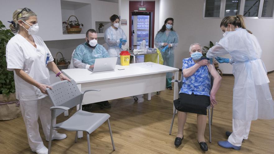 """Pepita, la primera vacunada en Asturias, recibe la segunda dosis: """"Mucha gente tiene miedo al pinchazo, ¿qué pinchazo?"""""""