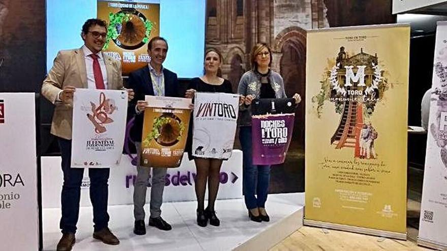 El equipo de Gobierno y el vicepresidente de la Diputación posan con las campañas de turismo .
