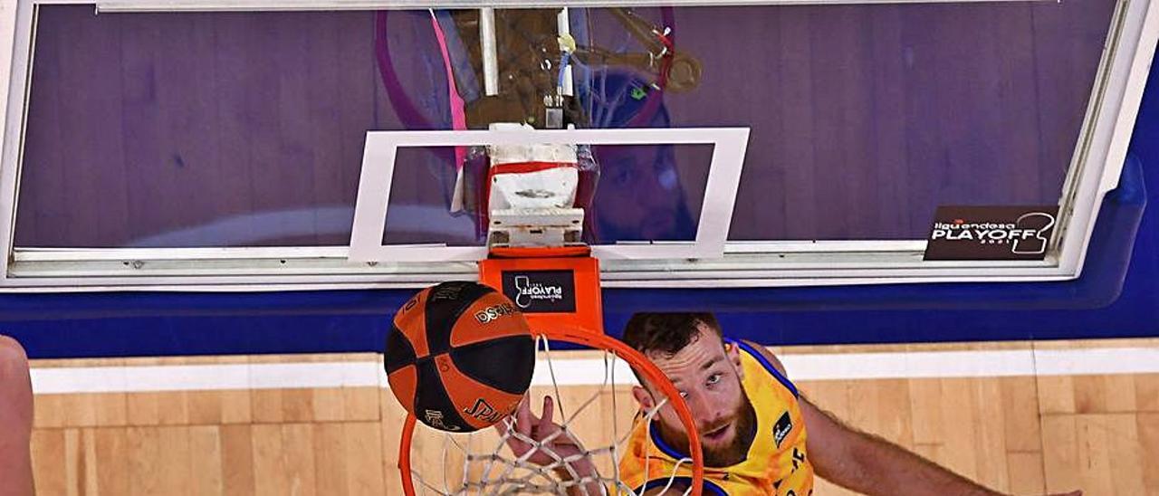 Matt Costello y Vincent Poirier, durante el útlimo partido del Granca.     ACB PHOTO