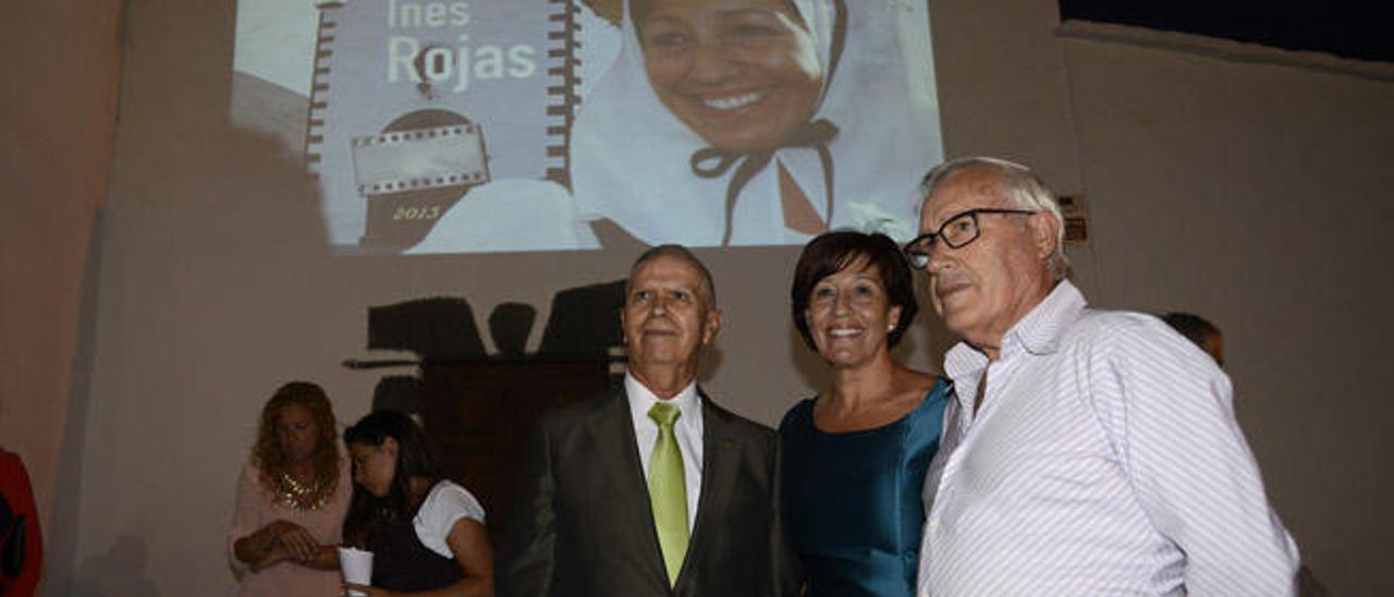 Inés Rojas anoche junto al locutor Francisco José Navarro (izqda.) y el cronista de Teguise, Francisco Hernández.