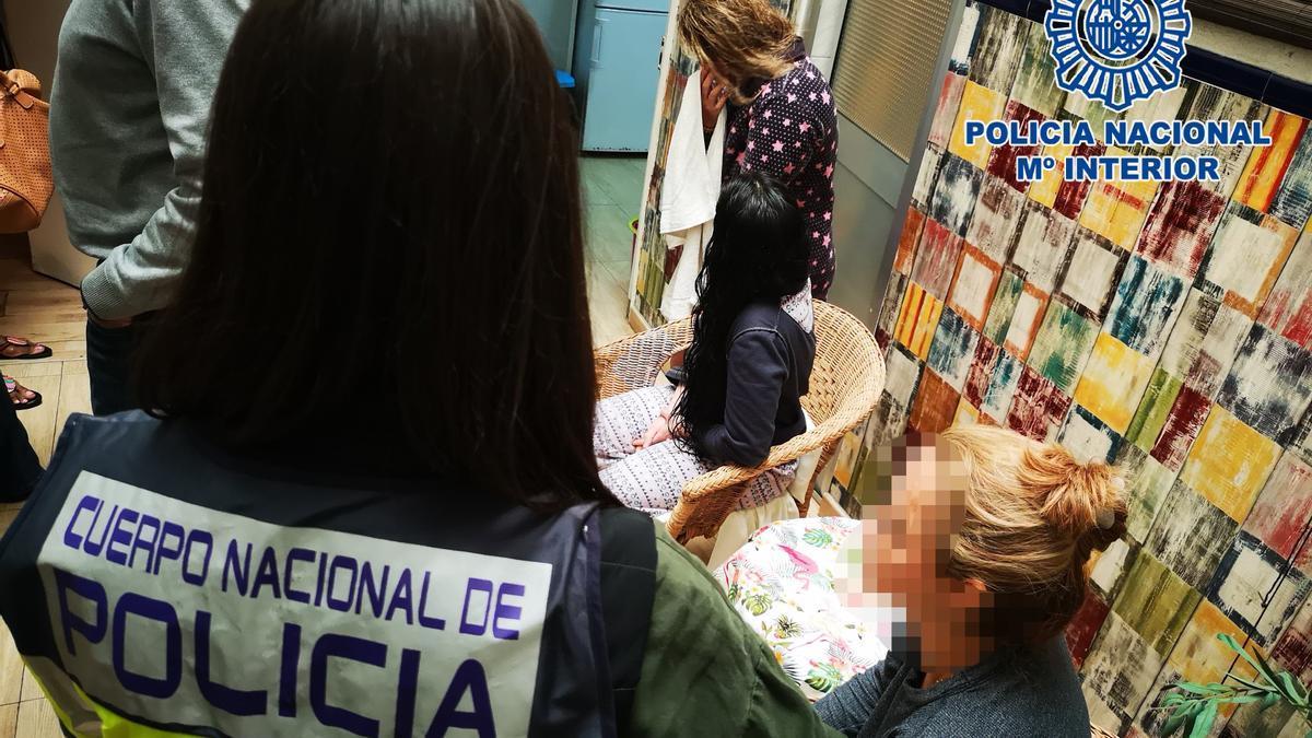 Archivo - Vivienda registrada por la policía en una operación contra la trata la seres humanos