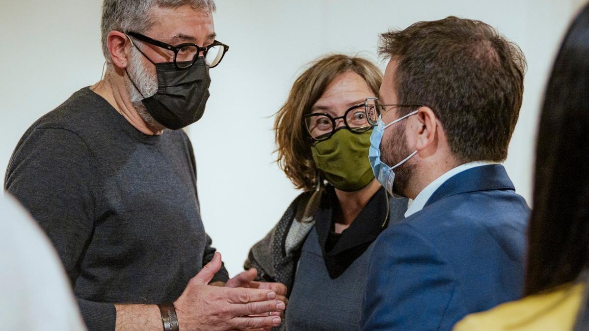 Carles Riera i Eulàlia Reguant (CUP-UNCPG) parlant amb Pere Aragonès (ERC)
