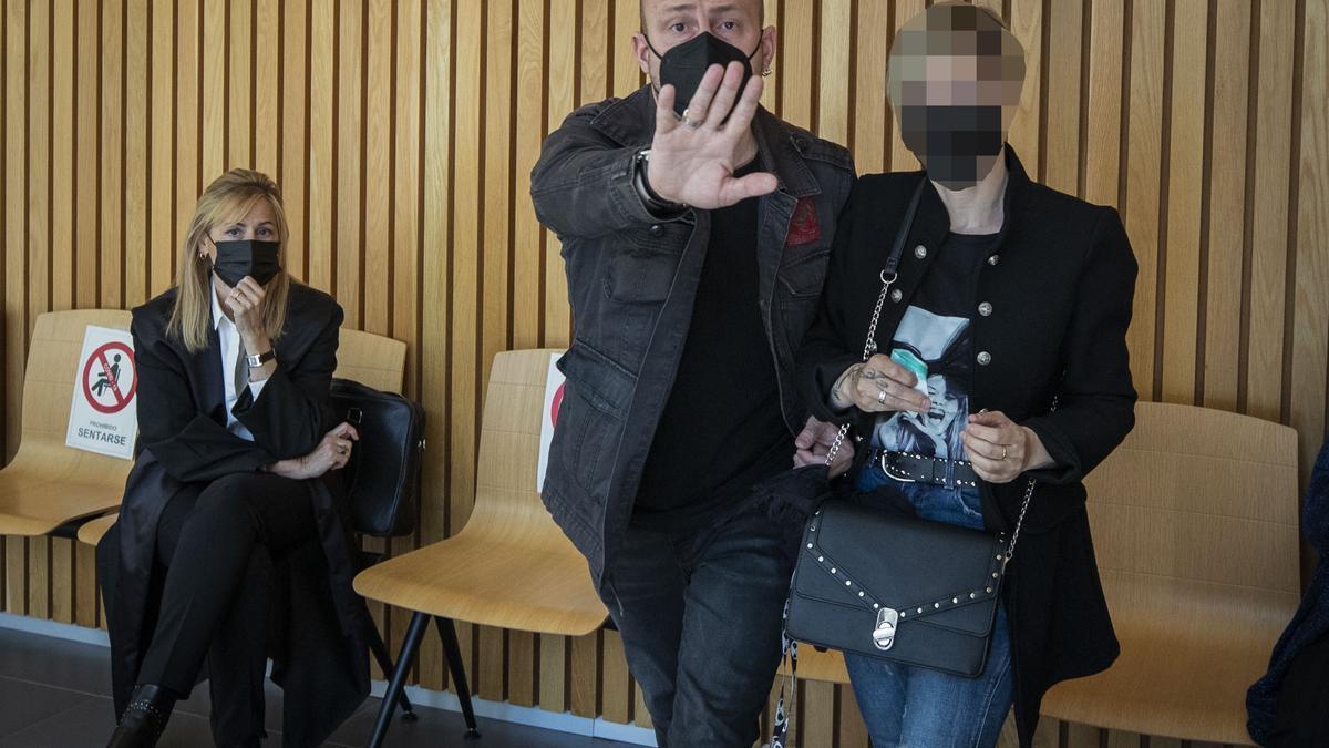 El acusado, ayer, momentos antes de golpear a la fotoperiodista de EL PERIÓDICO para evitar ser retratado.