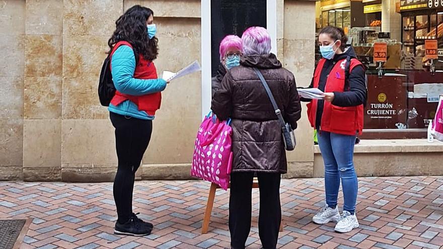 Cruz Roja sensibiliza contra la violencia de género en una campaña a pie de calle