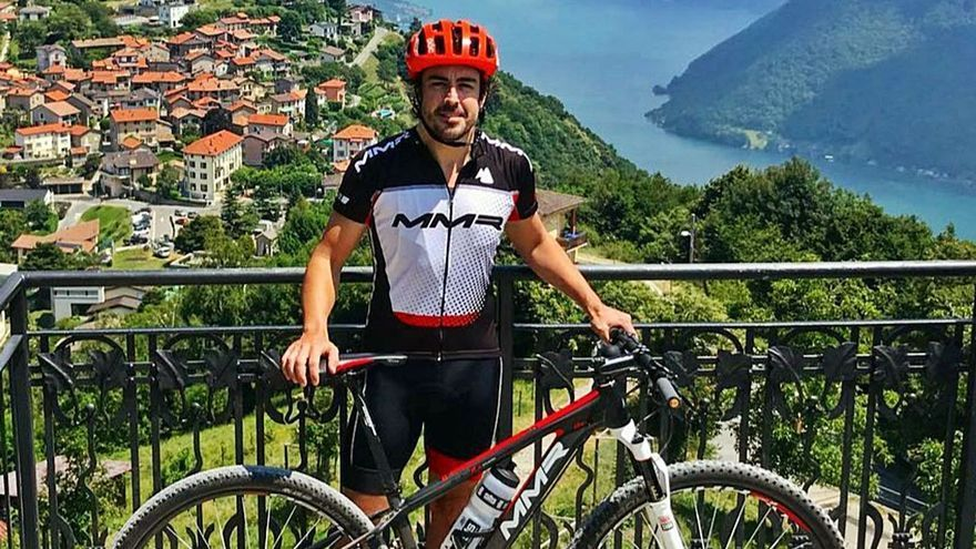 Arrollan a Fernando Alonso en Suiza mientras se entrenaba en bicicleta