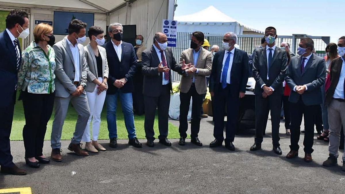 Representantes de seis formaciones políticas se dieron cita en la inauguración de la primera depuradora en un político industrial de Canarias. | | EL DÍA