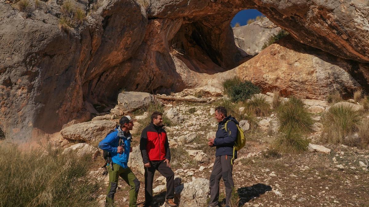 Juanjo Pardo y Juan Diego Simón charlan con el profesor, arqueólogo e investigador Ignacio Martín Lerma