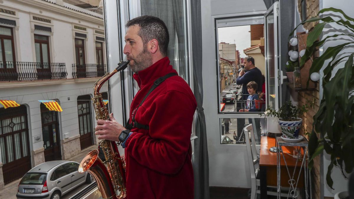 El día del padre los músicos salieron a sus balcones a tocar como homenaje a los ciudadanos