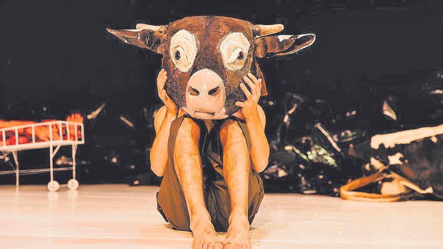 """""""La vaca que riu"""" contra la tortura amb claus de clown"""