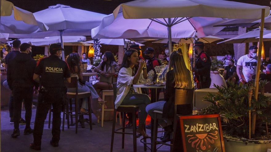Gran despliegue policial por las fiestas y aglomeraciones en Maspalomas