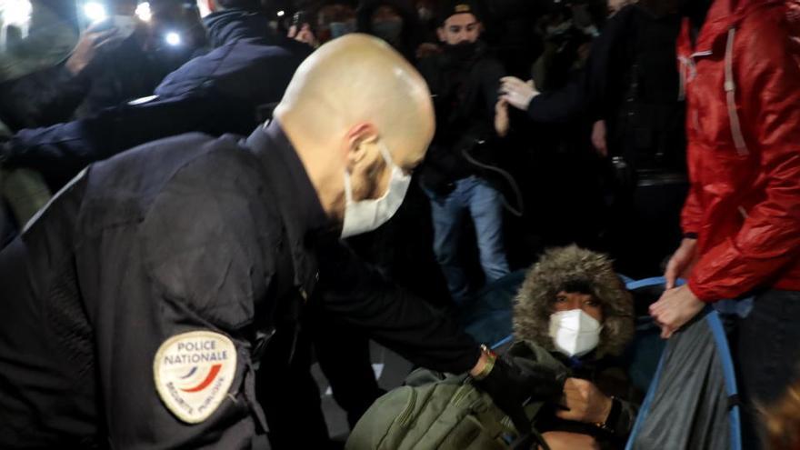 Echan a la fuerza a cientos de migrantes del centro de París