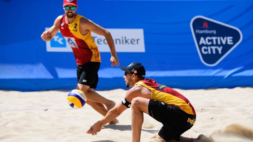 Los españoles de voley playa arrancan con derrota su participación olímpica