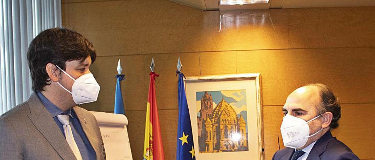 El consejero de Ciencia, Borja Sánchez, y el rector, Ignacio Villaverde, antes de empezar la reunión de ayer. | Bernabé Valle