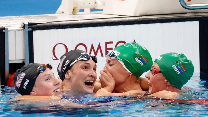Emocionante gesto de las rivales de la sudafricana Tatjana tras hacerse con el oro olímpico y el récord mundial