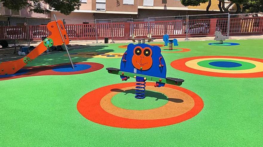 Santa Pola mejora    la imagen de cinco parques infantiles
