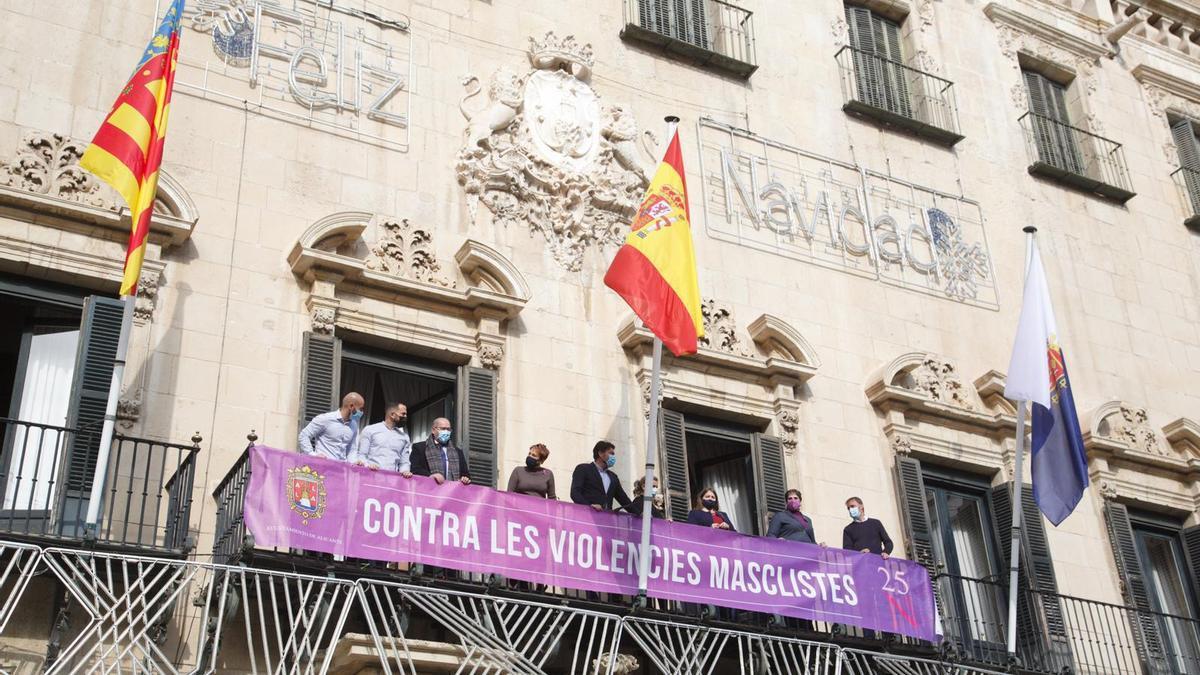 La Corporación, sin el PSOE y Vox, con la pancarta contra la violencia machista