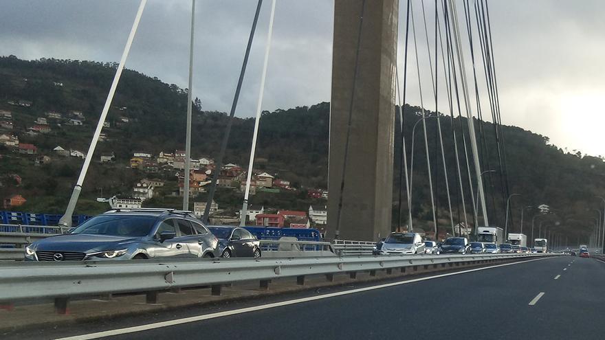 Un accidente provoca importantes retenciones en el puente de Rande