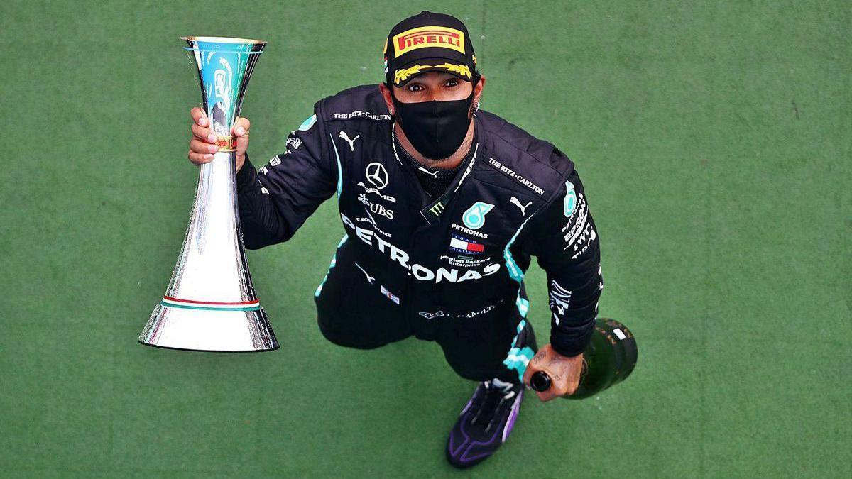 Lewis Hamilton saluda con el trofeo que le acredita como ganador del Gran Premio de Hungría.